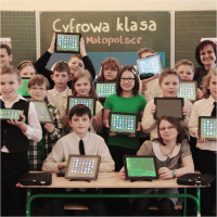 COMMERTIAL-PROJECTS_cyfrowa-klasa_800x800_02